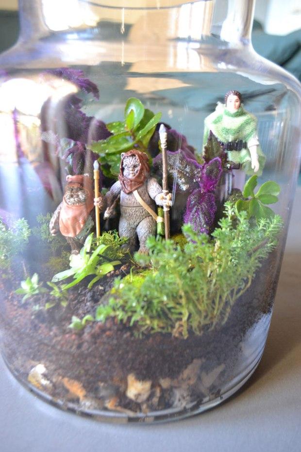 """Etape 4 : Admirez le résultat ! Pour les curieux : figurine Princess Leia Organa """"In Combat Poncho"""" de 1984, figurine Ewok Lumat """"Battle for Endor"""" de 2012, figurine Ewok Wicket (vendu en duo avec un Biker Scout) de 2014"""
