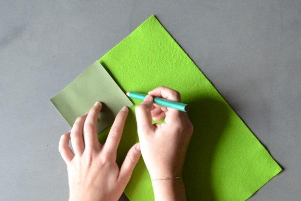 Etape 2 : Utilisez vos éléments découpés comme gabarits (je me répète non ?) et redessinez tous les éléments dans le feutrines de couleurs correspondantes