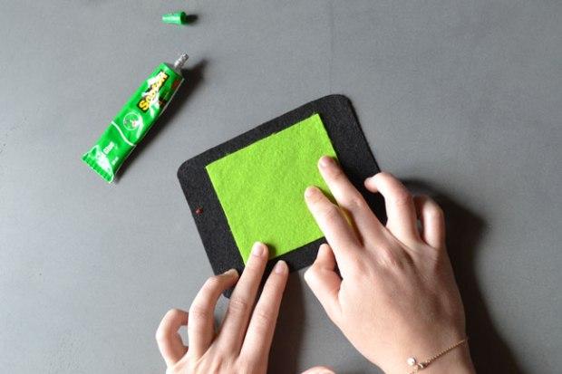 Etape 4 : Assemblez l'écran en collant le rectangle vert sur le noir
